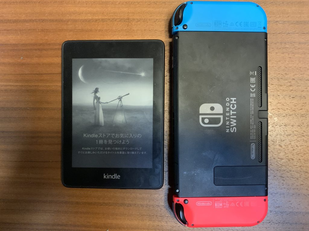 Kindle PaperwhiteとNintendo Switchの大きさを比較